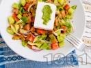 Рецепта Салата от домати, краставици и зелени чушки с песто сос и сирене Фета
